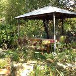 Jardin et coins ombragés des chambres d'hôtes